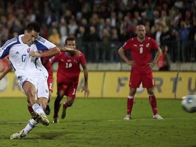 Marek Hamšík proměněnou penaltou poslal Slováky do vedení 2:1.