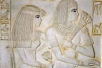 Podobizna kněžky Merit Ptah a vezíra Ramose z hrobky z období Amenhotepa III. a jeho následovníka Achnatona