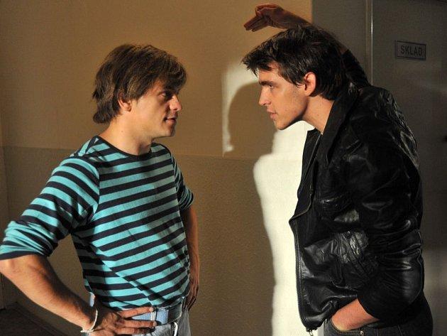 ZPĚT V ČASE. Petrovi (Jiří Mádl) stojí při jeho sblížení s Eliškou v cestě sok, spolužák Roman (Tomáš Váhala).