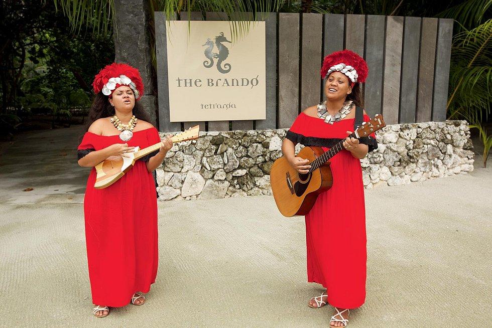 Pro potěšení hrají turistům domorodé zpěvačky, koncerty se střídají s přednáškami a workshopy.