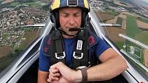 Martin Šonka v kokpitu při akrobatickém letu nad táborským letištěm.