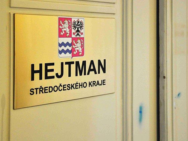 Zadržení dnes již bývalého hejtmana Středočeského kraje a také již bývalého člena ČSSD, vazebně stíhaného Davida Ratha, jehož kancelář na hejtmanství ve Borovské ulici na pražském Smíchově prohledávali ve středu detektivové protikorupční policie, ve čtvrt