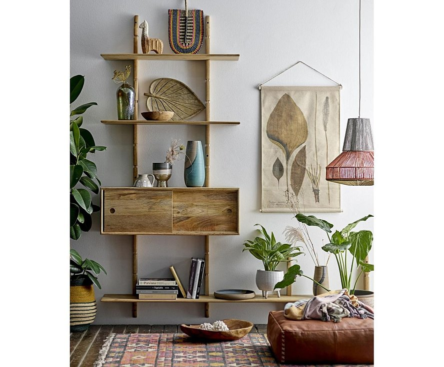Malému prostoru prospějí otevřené regály a víceúčelový či modulární nábytek. Šikovně použité odstíny jemných pastelových barev na stěnách, žaluzie i závěsy pokoj opticky zvětší. Pomůže i správně umístěné zrcadlo.