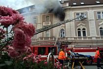 Několik jednotek pražských hasičů zasahovalo 21. června v Uhříněvsi u požáru bytu ve druhém patře.