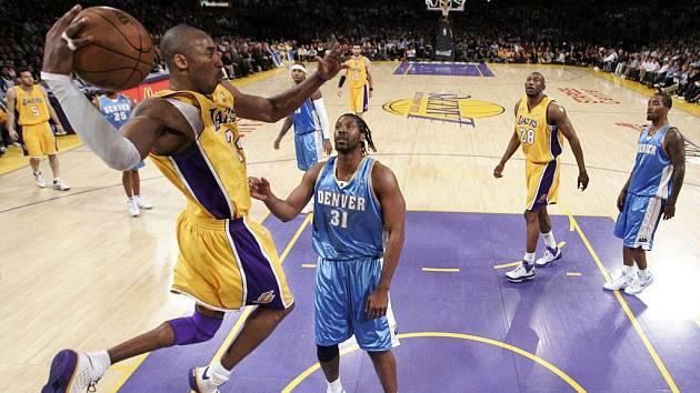 Basketbalista Lakers Kobe Bryant (ve skoku) byl k neudržení.
