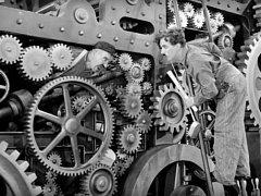 V ohrožení jsou často podniky, které více či méně připomínají scény z Chaplinova filmu Moderní doba z roku 1936.