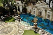 Rezidence v Miami Beach na Floridě, v níž byl v roce 1997 zastřelen italský módní návrhář Gianni Versace, jde do dražby.