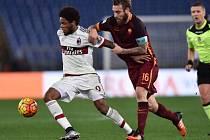Daniele De Rossi z AS Řím (vpravo) proti AC Milán.