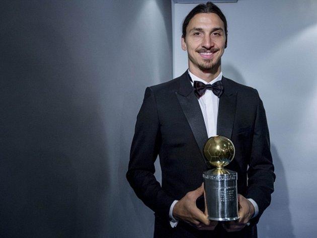 Zlatan Ibrahimovic se Zlatým míčem pro nejlepšího švédského fotbalistu.
