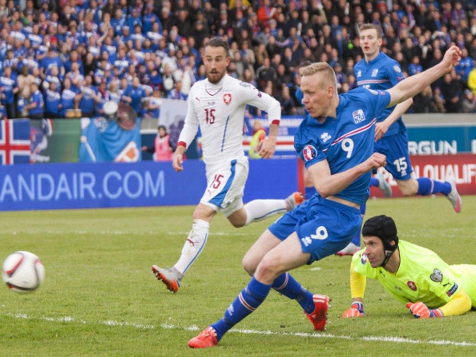 Kolbeinn Sigporsson z Islandu (uprostřed) překonává brankáře Petra Čecha (vpravo).