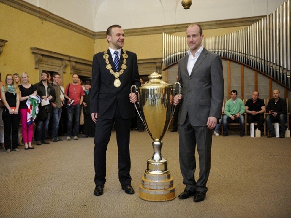 Ikona hokejistů Plzně Martin Straka (vpravo) a primáror Plzně Martin Baxa s mistrovským pohárem.