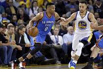 Stephen Curry z Golden State (vpravo) a Russell Westbrook z Oklahomy.