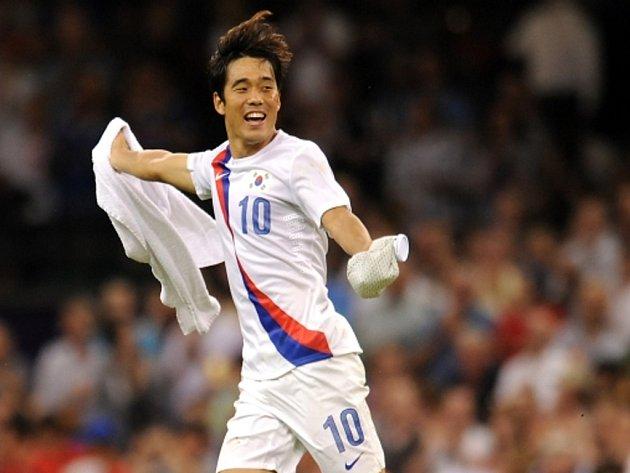 Fotbalista Koreje Pak Čchu-jong se raduje z vítězství nad Japonskem v bitvě o bronz na olympijských hrách.