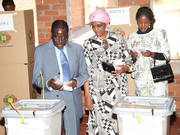 Zimbabwský prezident Robert Mugabe s chotí a dcerou u voleb.