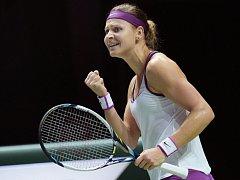 Vítězné gesto. Lucie Šafářová porazila na Turnaji mistryň Angelique Kerberovou.