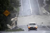 Rozsáhlé záplavy, které v těchto dnech postihly jihovýchod Austrálie, odřízly od okolí celé obce a vynutily si evakuaci tisíců lidí.