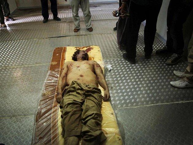 Tělo zabitého libyjského diktátora Muammara Kaddáfího bylo vystaveno v obchodním centru v Misurátě, kde bylo podle agentury AP uloženo do mrazicího boxu.