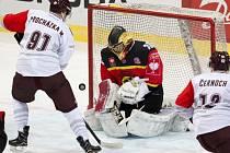 Sparťané (v bílém) uhráli v úvodním utkání na ledě Bernu nadějnou remízu 1:1.