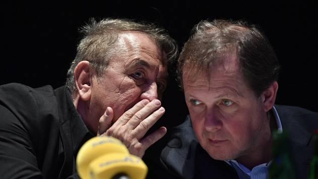 Prezident filmového festivalu Febiofest Fero Fenič (vlevo) a a generální ředitel České televize Petr Dvořák.