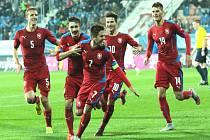 Fotbalisté do jednadvaceti let se radují z gólu proti Černé Hoře.
