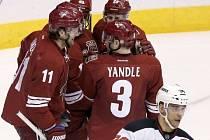 Český útočník Martin Hanzal přispěl v sobotním utkání NHL gólem a přihrávkou k výhře Phoenixu 3:2 nad New Jersey.