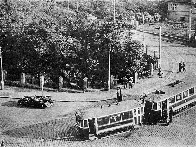 HISTORICKÉ MÍSTO. Dobová fotografie ukazuje osudnou zatáčku, v níž došlo k atentnátu na Reinharda Heydricha.