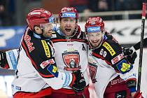 Jaroslav Bednář (uprostřed) se raduje se spoluhráči z Hradce Králové Petrem Frühaufem (vlevo) a Zdeňkem Čápem z hattricku proti Mladé Boleslavi.