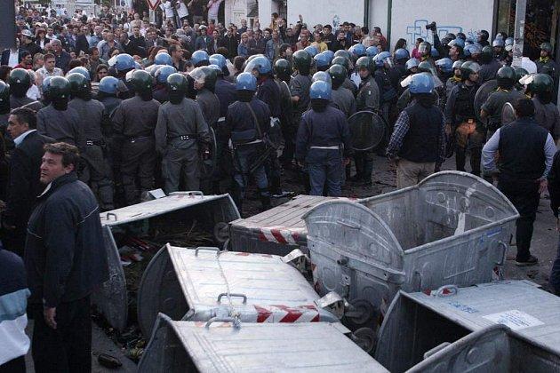 Camorra má podle italské policie prsty i ve vleklé odpadkové krizi v Neapoli (na ilustračním snímku páteční demonstrace zoufalých obyvatel páchnoucího města).