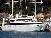 Trojstěžňová jachta Le Ponant v přístavu.