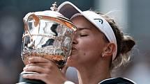 Česká tenistka Barbora Krejčíková líbá pohár po vítězství ve finále French Open.
