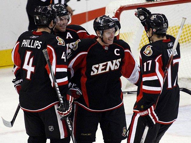 Kapitán hokejistů Ottawy Daniel Alfredsson (druhý zprava) přijímá gratulace ke gólu. Přispěchal s ní i nahrávající Filip Kuba (vpravo).