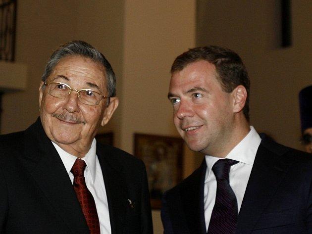 Raúl Castro a Dmitrij Medveděv v Havaně.