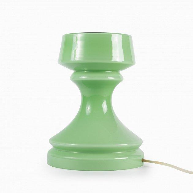 Hráškově zelená verze skleněné lampy snázvem Věž od návrháře Ivana Jakeše, který byl dlouholetým návrhářem národního podniku Osvětlovací sklo ve Valašském Meziříčí.