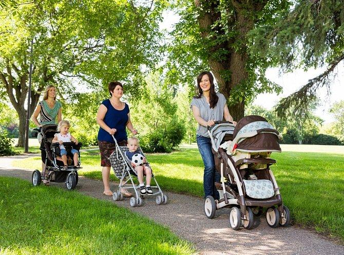 Na příspěvek v mateřství a rodičovský příspěvek mají nárok všichni rodiče bez ohledu na to, zda dítě vychovávají sami nebo s partnerem.