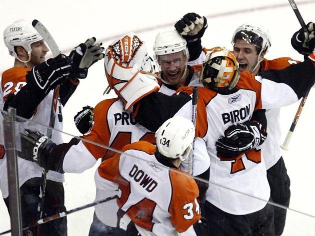 Radost hráčů Philadelphie. Zahrají si druhé kolo Stanley Cupu.