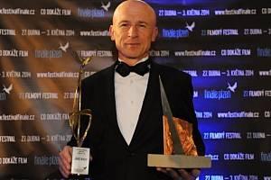 Režisér Zdeněk Tyc převzal 3. května hlavní cenu Zlatého ledňáčka na festivalu Finále Plzeň za svůj film Jako nikdy.