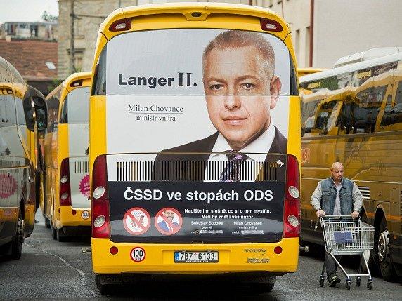 Majitel společnosti Student Agency Radim Jančura nechal na desítky autobusů RegioJet vylepit čísla mobilů ministra vnitra a premiéra.