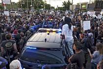 Demonstranti během protestu proti policejnímu násilí a rasismu v Atlantě, 13. června 2020