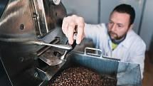 Pražič kávy musí sledovat každou vteřinu dění kolem pražičky.