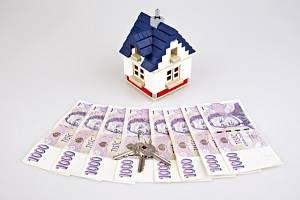 České peníze, bankovky, koruna, klíč, dům, hypotéka, nájem, stavební spoření - ilustrační foto.
