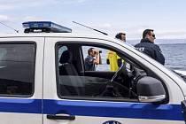 Řecká policie dnes oznámila, že rozbila mezinárodní zločineckou organizaci, která v zemi pašovala migranty. Policisté při razii na několika místech v Aténách zadrželi 12 osob z Pákistánu, Egypta, Iráku a Sýrie.