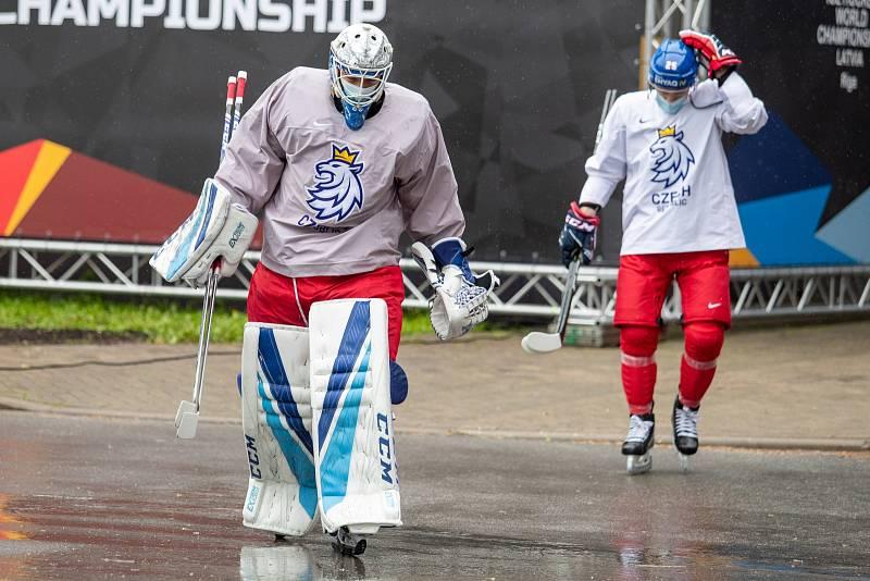 Čeští hokejisté (v popředí Petr Kváča) cestou na trénink.