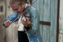 SPECIÁLNÍ KONCERTY. Stejně jako natočit Paganiniho capriccia, Bachovy sonáty a partity patří opravdu k tomu nejzásadnějšímu a nejtěžšímu v houslové literatuře vůbec.