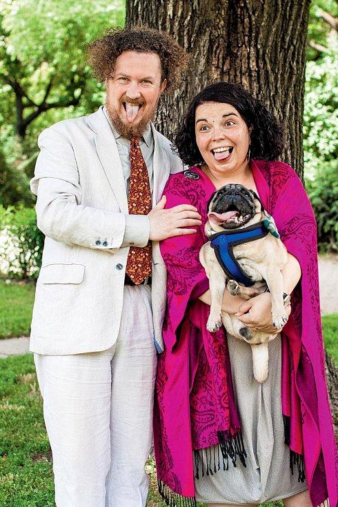 S mužem a mopsem Ralfem, který krátce před vydáním rozhovoru odešel do psího nebe.