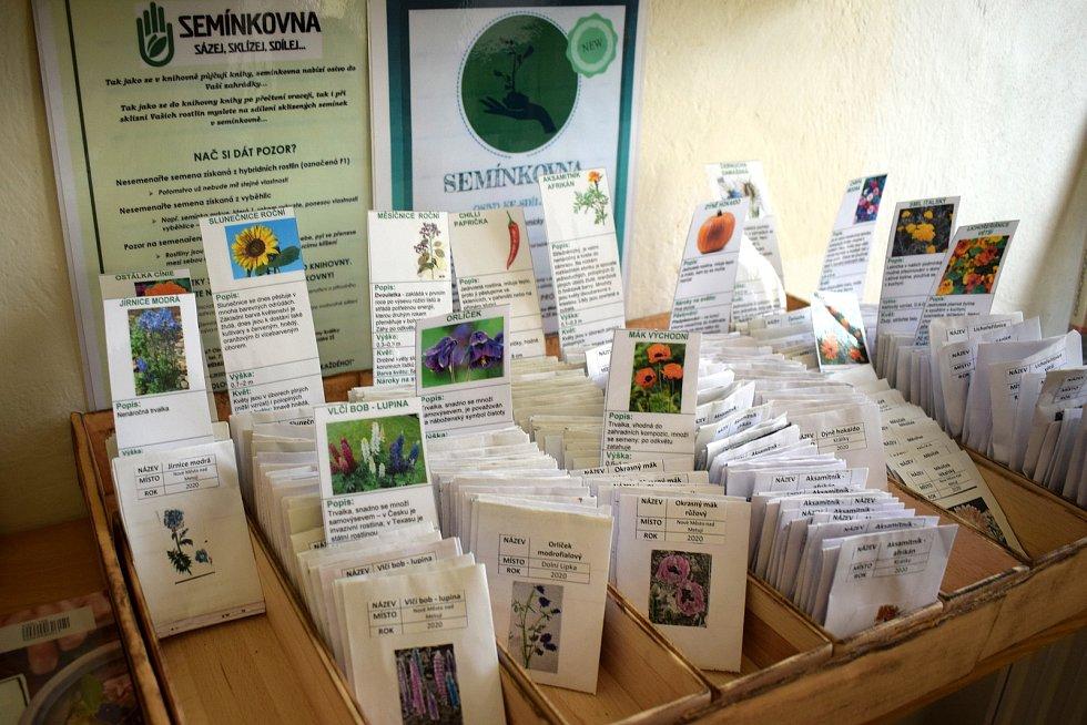 Speciální základní škola Králíky a Městská knihovna Králíky spojily své síly a společně založily komunitní semínkovnu, která je od 2. 2. 2021 instalována vMěstské knihovně Králíky.