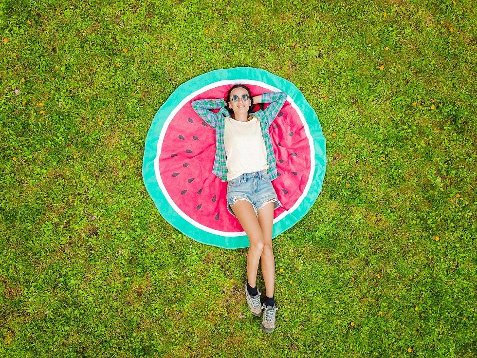 Pobyt na sluníčku přináší relaxaci, dobrou náladu díky endorfinům, které se mohou zvýšeně uvolňovat.