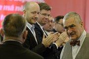 Čestný předseda TOP 09 Karel Schwarzenberg (vpravo) prochází kolem aplaudujících kolegů po svém projevu na dvoudenním celostátním sněmu strany 25. listopadu v Praze. Na snímku zleva jsou Jakub Lepš a europoslanec Jiří Pospíšil.