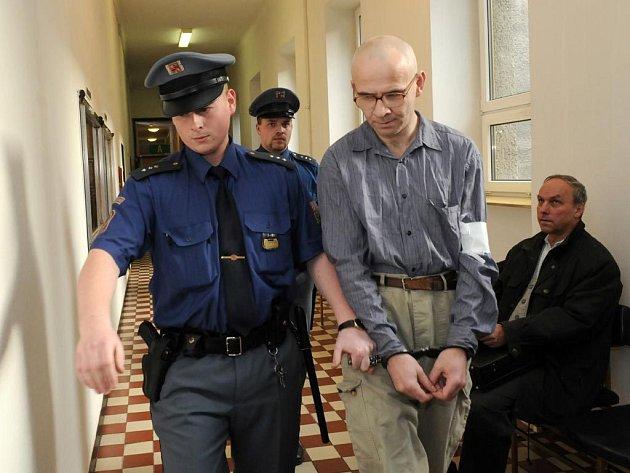RECIDIVISTA. Alexandr Minks je souzen jako zvlášť nebezpečný recidivista. Necelého půl roku před opavským zločinem opustil brány žaláře, kde se odpykával třináctiletý trest za vraždu.