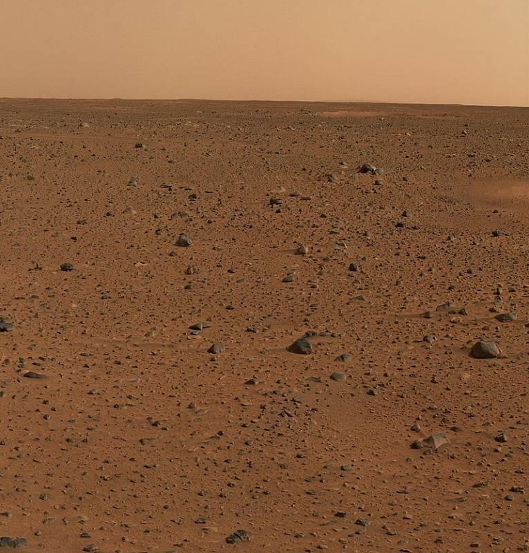 """První barevný obrázek Marsu, které pořídilo jedno z """"dvojčat"""", vyslaných na Mars v roce 2004. Sonda Spirit."""