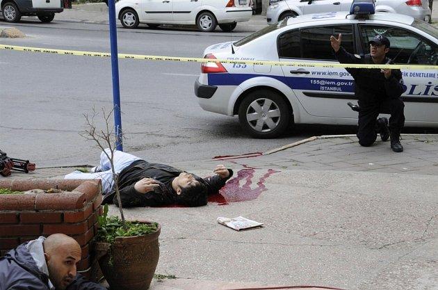 Scéna z místa přestřelky v Istanbulu.